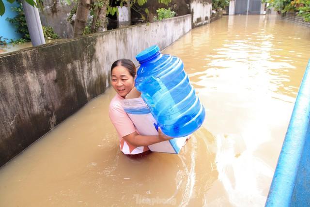 Hình ảnh chưa từng có trong tâm lụt tại Nghệ An - Ảnh 8.