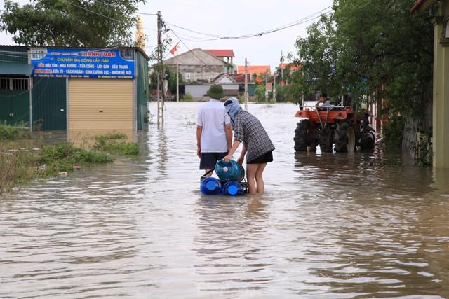 Hình ảnh chưa từng có trong tâm lụt tại Nghệ An - Ảnh 9.