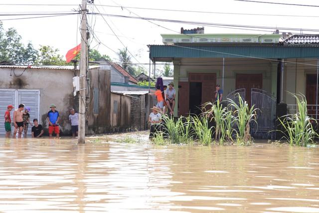 Hình ảnh chưa từng có trong tâm lụt tại Nghệ An - Ảnh 10.