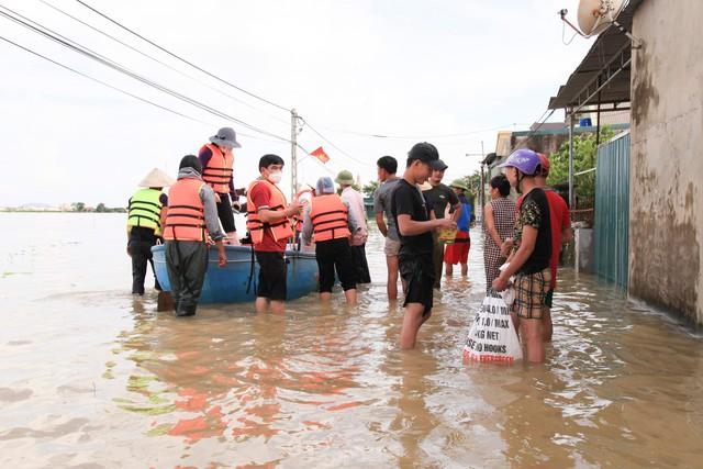 Hình ảnh chưa từng có trong tâm lụt tại Nghệ An - Ảnh 11.