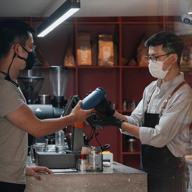 """Quán cà phê Hà Nội """"chảnh"""" không giống ai, khách phải mang bình hoặc về tay không - Ảnh 2."""