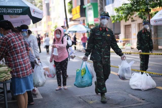 Đi chợ lưu động, người dân xúc động khi được bộ đội xách đồ về tận nhà - Ảnh 1.