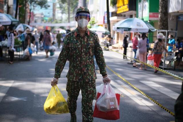 Đi chợ lưu động, người dân xúc động khi được bộ đội xách đồ về tận nhà - Ảnh 2.
