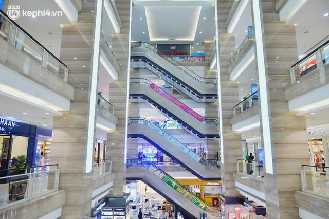 Hà Nội ngày đầu mở cửa trở lại TTTM, shop thời trang: Nơi tấp nập, nơi vắng hoe khách - Ảnh 2.