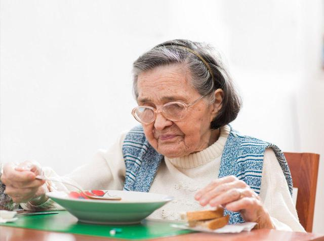 """Tuổi 50 nguy hiểm, nhiều bệnh tật bộc phát: Người vượt qua 3 thay đổi, thực hiện """"5 tốt"""" mỗi ngày tuổi thọ sẽ kéo dài - Ảnh 1."""