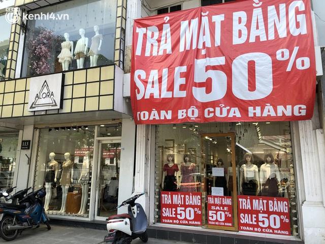 Hà Nội ngày đầu mở cửa trở lại TTTM, shop thời trang: Nơi tấp nập, nơi vắng hoe khách - Ảnh 14.