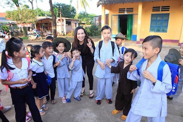 Cuộc đời đáng nhớ của Phi Nhung: Từng được mệnh danh là nữ hoàng băng đĩa, trở thành mẹ nuôi của 23 đứa trẻ, chăm chỉ làm thiện nguyện đến những ngày cuối cùng - Ảnh 6.