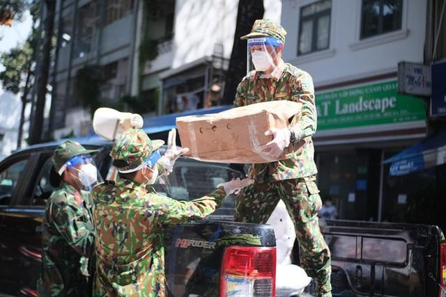 Đi chợ lưu động, người dân xúc động khi được bộ đội xách đồ về tận nhà - Ảnh 3.