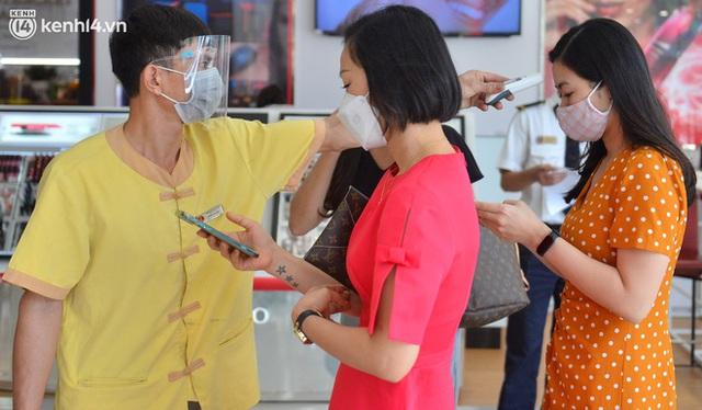 Hà Nội ngày đầu mở cửa trở lại TTTM, shop thời trang: Nơi tấp nập, nơi vắng hoe khách - Ảnh 3.