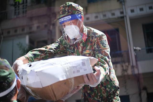 Đi chợ lưu động, người dân xúc động khi được bộ đội xách đồ về tận nhà - Ảnh 4.