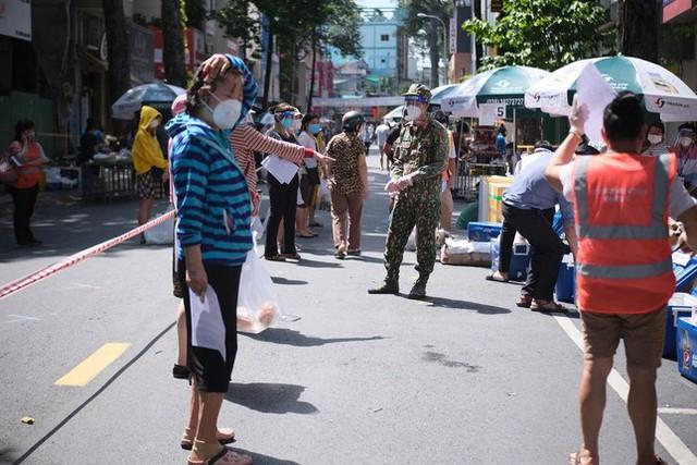 Đi chợ lưu động, người dân xúc động khi được bộ đội xách đồ về tận nhà - Ảnh 5.