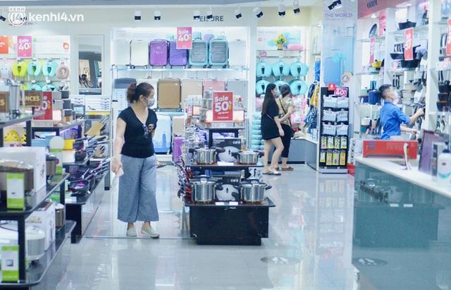 Hà Nội ngày đầu mở cửa trở lại TTTM, shop thời trang: Nơi tấp nập, nơi vắng hoe khách - Ảnh 5.
