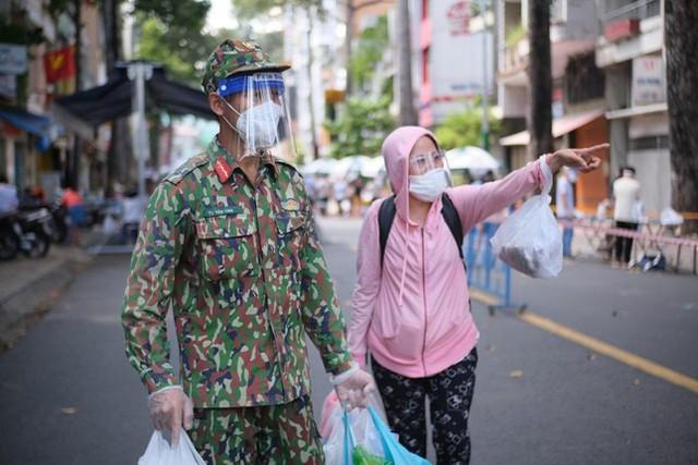 Đi chợ lưu động, người dân xúc động khi được bộ đội xách đồ về tận nhà - Ảnh 6.