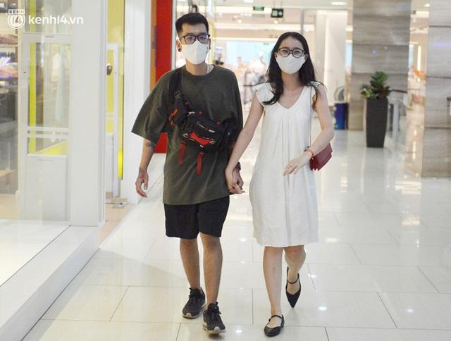 Hà Nội ngày đầu mở cửa trở lại TTTM, shop thời trang: Nơi tấp nập, nơi vắng hoe khách - Ảnh 6.