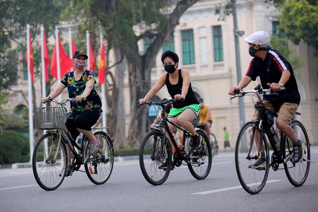 Người Hà Nội hồ hởi đổ ra đường tập thể dục từ sáng sớm - Ảnh 7.