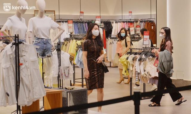 Hà Nội ngày đầu mở cửa trở lại TTTM, shop thời trang: Nơi tấp nập, nơi vắng hoe khách - Ảnh 7.