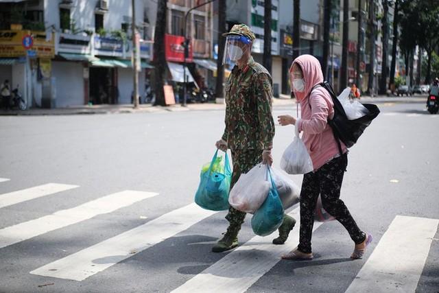 Đi chợ lưu động, người dân xúc động khi được bộ đội xách đồ về tận nhà - Ảnh 8.