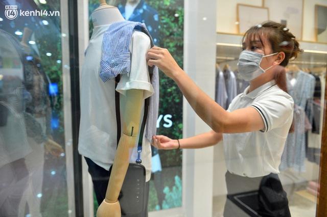 Hà Nội ngày đầu mở cửa trở lại TTTM, shop thời trang: Nơi tấp nập, nơi vắng hoe khách - Ảnh 8.