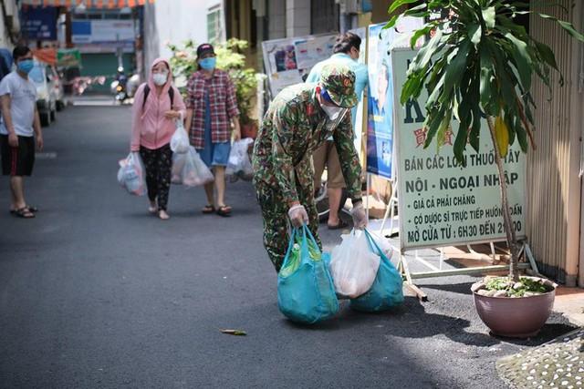 Đi chợ lưu động, người dân xúc động khi được bộ đội xách đồ về tận nhà - Ảnh 9.