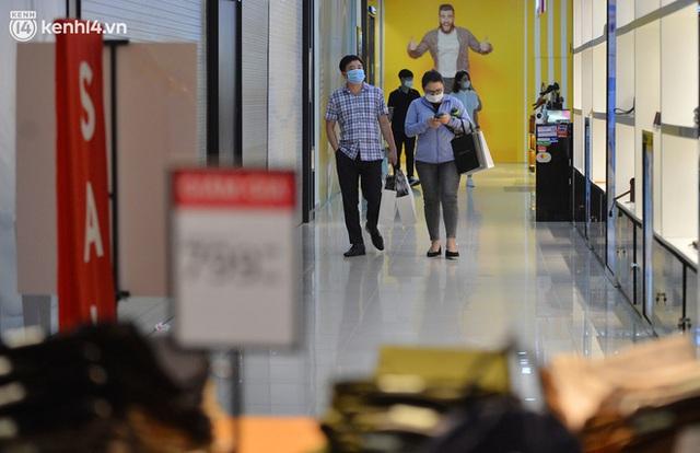 Hà Nội ngày đầu mở cửa trở lại TTTM, shop thời trang: Nơi tấp nập, nơi vắng hoe khách - Ảnh 10.
