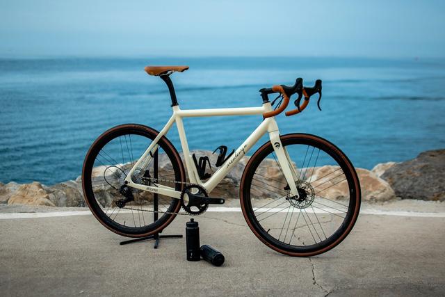 Trọng lượng chỉ 9 kg, đây là chiếc xe đạp nhẹ nhất thế giới nhưng để mua nó, bạn phải bỏ ra một chiếc Hyundai Accent - Ảnh 1.
