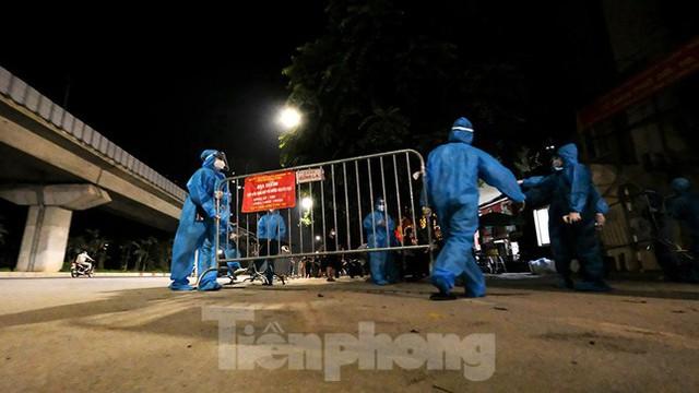 Dỡ phong toả 'ổ dịch' lớn nhất Hà Nội, người dân vui mừng trở về nhà trong đêm - Ảnh 1.