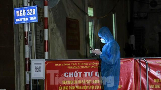 Dỡ phong toả 'ổ dịch' lớn nhất Hà Nội, người dân vui mừng trở về nhà trong đêm - Ảnh 2.