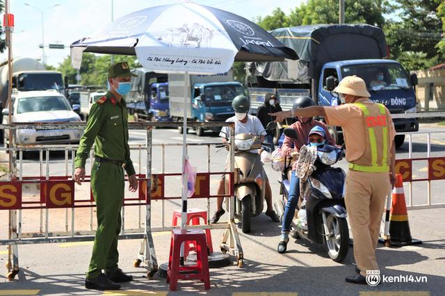 Ảnh: Giáo viên, học sinh tay xách, nách mang quay lại Đà Nẵng chờ ngày đến trường  - Ảnh 1.