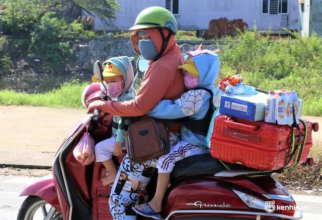 Ảnh: Giáo viên, học sinh tay xách, nách mang quay lại Đà Nẵng chờ ngày đến trường  - Ảnh 2.