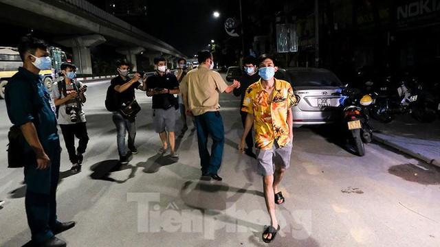 Dỡ phong toả 'ổ dịch' lớn nhất Hà Nội, người dân vui mừng trở về nhà trong đêm - Ảnh 11.