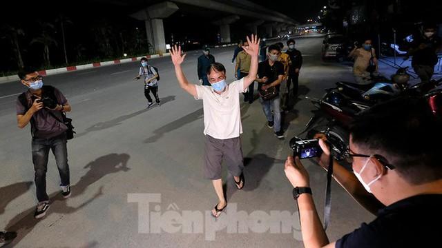 Dỡ phong toả 'ổ dịch' lớn nhất Hà Nội, người dân vui mừng trở về nhà trong đêm - Ảnh 12.