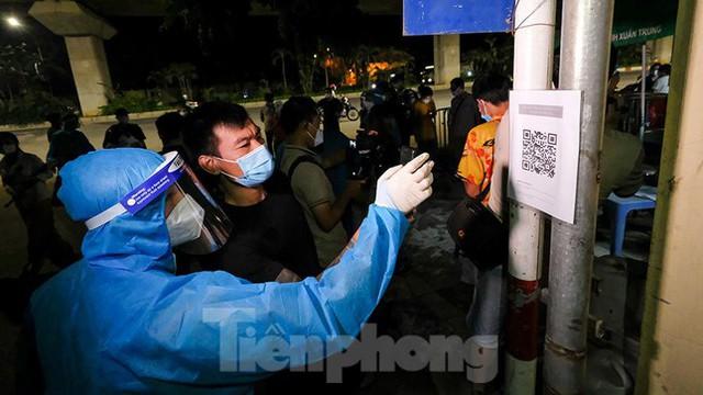 Dỡ phong toả 'ổ dịch' lớn nhất Hà Nội, người dân vui mừng trở về nhà trong đêm - Ảnh 13.