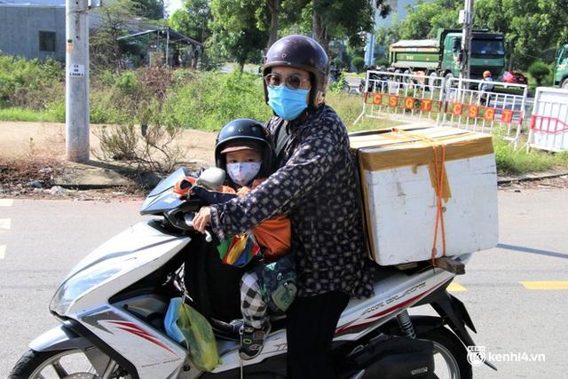 Ảnh: Giáo viên, học sinh tay xách, nách mang quay lại Đà Nẵng chờ ngày đến trường  - Ảnh 14.