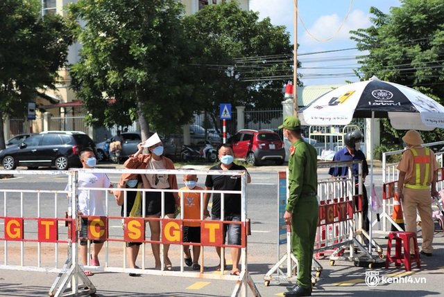 Ảnh: Giáo viên, học sinh tay xách, nách mang quay lại Đà Nẵng chờ ngày đến trường  - Ảnh 15.