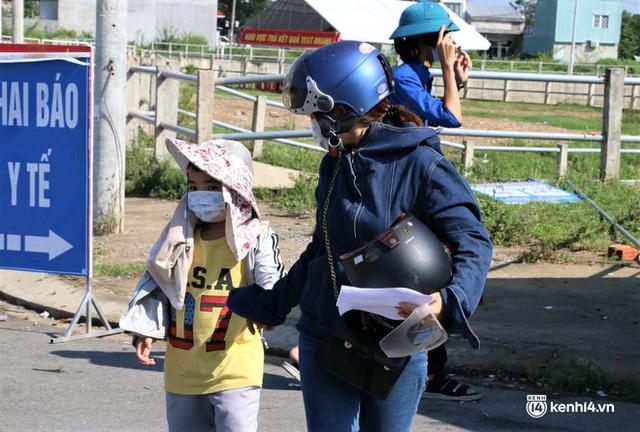 Ảnh: Giáo viên, học sinh tay xách, nách mang quay lại Đà Nẵng chờ ngày đến trường  - Ảnh 16.