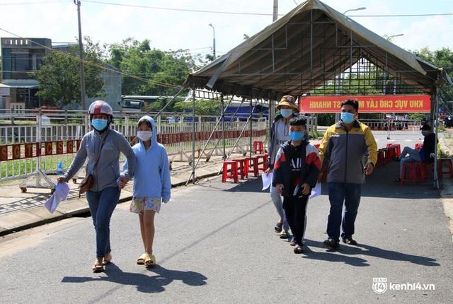 Ảnh: Giáo viên, học sinh tay xách, nách mang quay lại Đà Nẵng chờ ngày đến trường  - Ảnh 17.