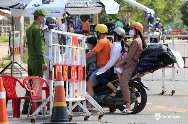 Ảnh: Giáo viên, học sinh tay xách, nách mang quay lại Đà Nẵng chờ ngày đến trường  - Ảnh 3.