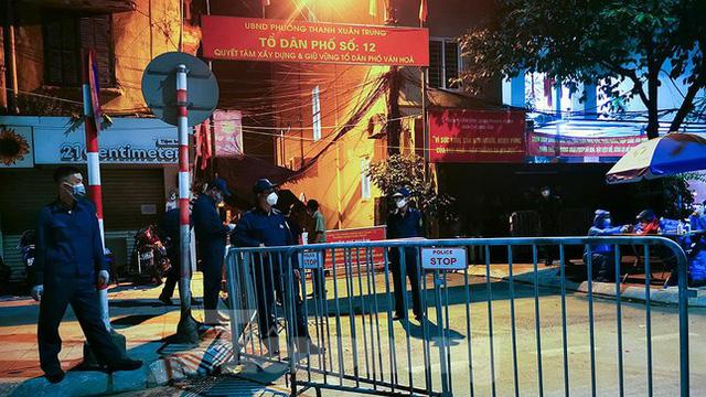 Dỡ phong toả 'ổ dịch' lớn nhất Hà Nội, người dân vui mừng trở về nhà trong đêm - Ảnh 4.