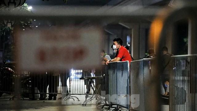 Dỡ phong toả 'ổ dịch' lớn nhất Hà Nội, người dân vui mừng trở về nhà trong đêm - Ảnh 5.