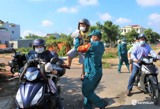 Ảnh: Giáo viên, học sinh tay xách, nách mang quay lại Đà Nẵng chờ ngày đến trường  - Ảnh 5.