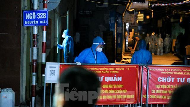 Dỡ phong toả 'ổ dịch' lớn nhất Hà Nội, người dân vui mừng trở về nhà trong đêm - Ảnh 6.