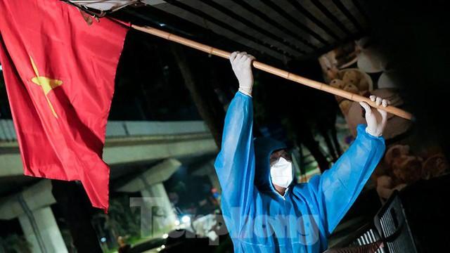 Dỡ phong toả 'ổ dịch' lớn nhất Hà Nội, người dân vui mừng trở về nhà trong đêm - Ảnh 7.
