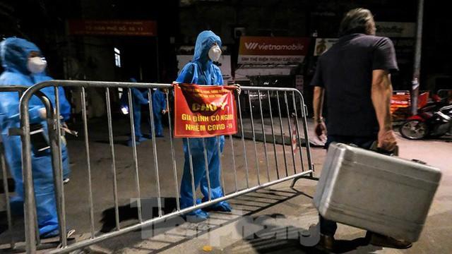 Dỡ phong toả 'ổ dịch' lớn nhất Hà Nội, người dân vui mừng trở về nhà trong đêm - Ảnh 8.