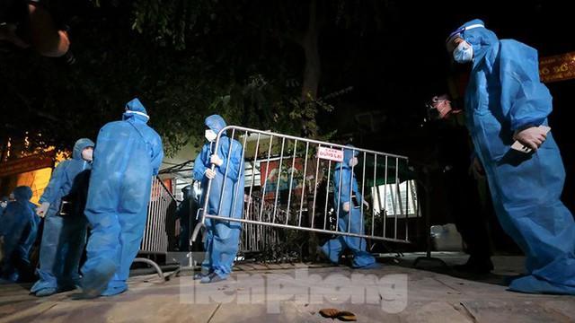 Dỡ phong toả 'ổ dịch' lớn nhất Hà Nội, người dân vui mừng trở về nhà trong đêm - Ảnh 9.