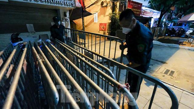 Dỡ phong toả 'ổ dịch' lớn nhất Hà Nội, người dân vui mừng trở về nhà trong đêm - Ảnh 10.