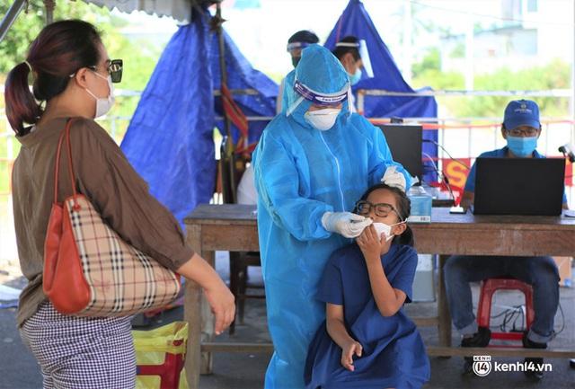 Ảnh: Giáo viên, học sinh tay xách, nách mang quay lại Đà Nẵng chờ ngày đến trường  - Ảnh 10.