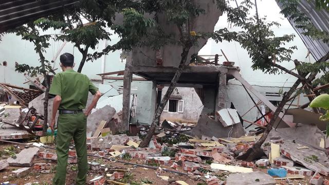 Hiện trường vụ nổ như bom ở Quảng Nam khiến căn nhà 2 tầng bị hất tung, thi thể nạn nhân không còn nguyên vẹn - Ảnh 3.