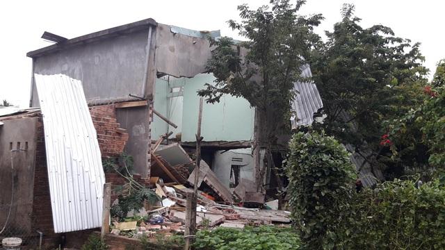 Hiện trường vụ nổ như bom ở Quảng Nam khiến căn nhà 2 tầng bị hất tung, thi thể nạn nhân không còn nguyên vẹn - Ảnh 6.