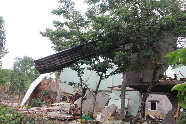 Hiện trường vụ nổ như bom ở Quảng Nam khiến căn nhà 2 tầng bị hất tung, thi thể nạn nhân không còn nguyên vẹn - Ảnh 7.