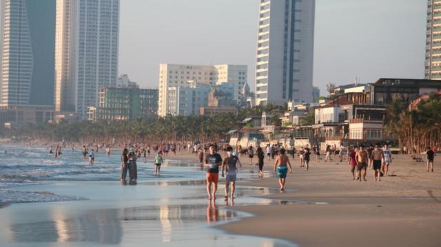 Người dân Đà Nẵng đổ ra tắm biển sau hơn 2 tháng  - Ảnh 2.